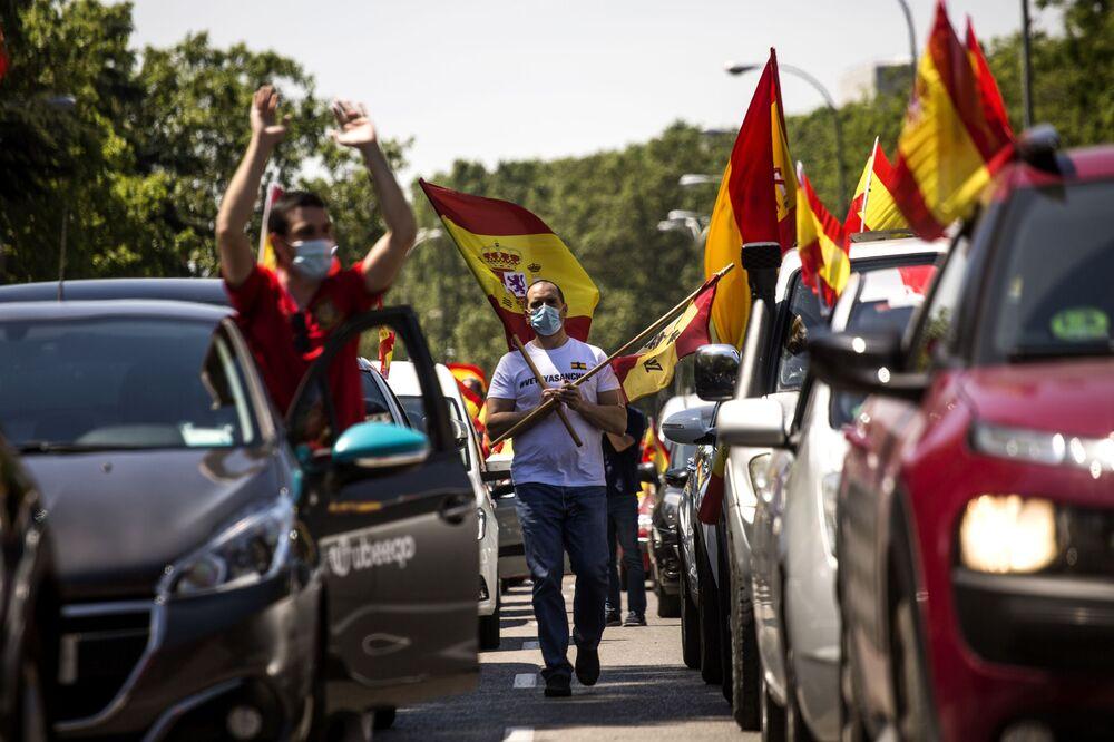 I manifestanti antigovernativi a Madrid si oppongono alle misure di quarantena