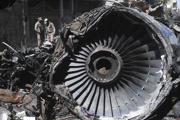 Relitto dell'aereo pakistano della International Airlines a Karachi, in Pakistan - Sputnik Italia