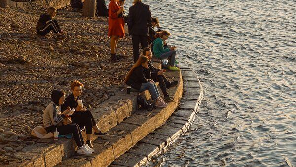 Люди во время отдыха на набережной в Санкт-Петербурге - Sputnik Italia