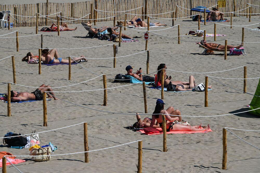 La gente sulla spiaggia di La Grande-Motte, Francia