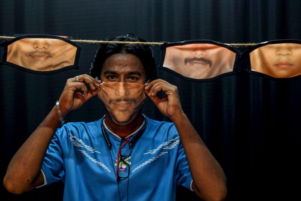 Un uomo con delle mascherine a Chennai in India