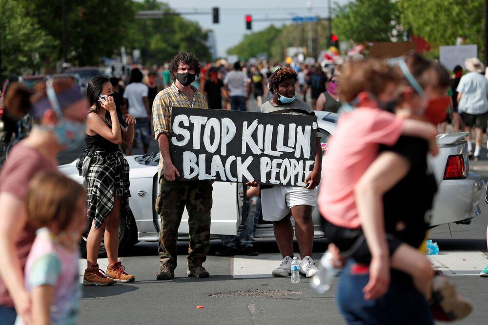 I manifestanti si radunano sul posto in cui George Floyd, un uomo afroamericano disarmato, è stato ucciso da un ufficiale di polizia a Minneapolis, Minnesota, USA, il 26 maggio 2020