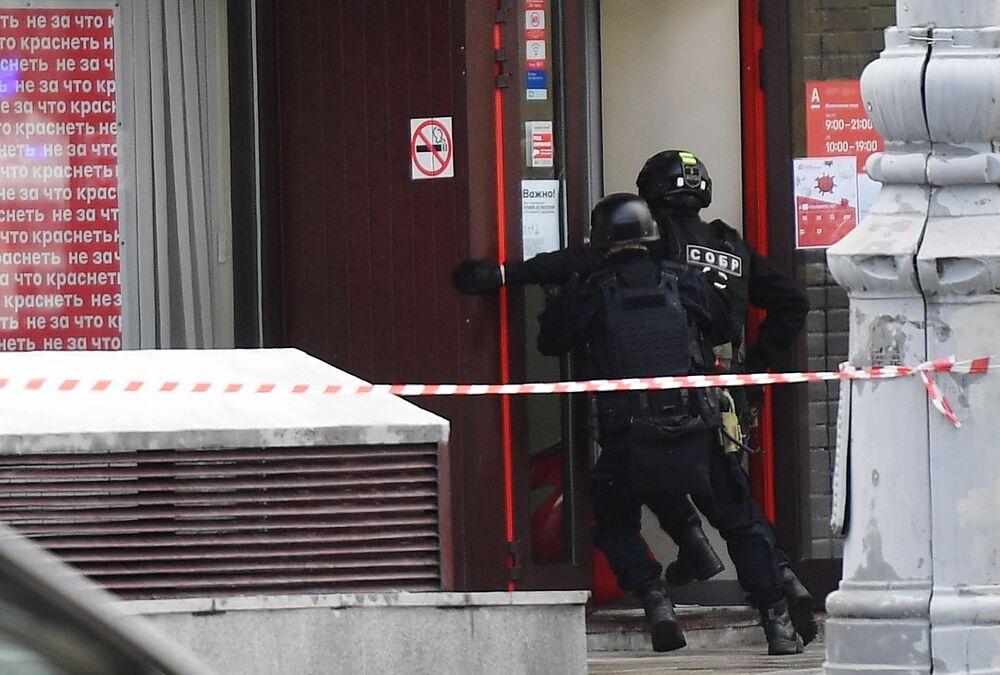 Sei persone sono state prese in ostaggio in una filiale di un istituto bancario situato nel centro di Mosca, Russia