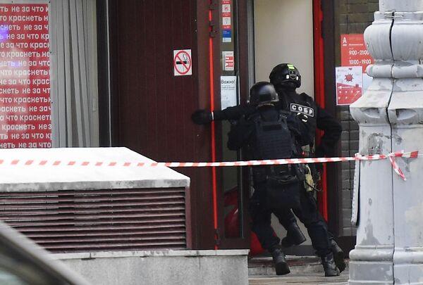 Sei persone sono state prese in ostaggio in una filiale di un istituto bancario situato nel centro di Mosca, Russia - Sputnik Italia