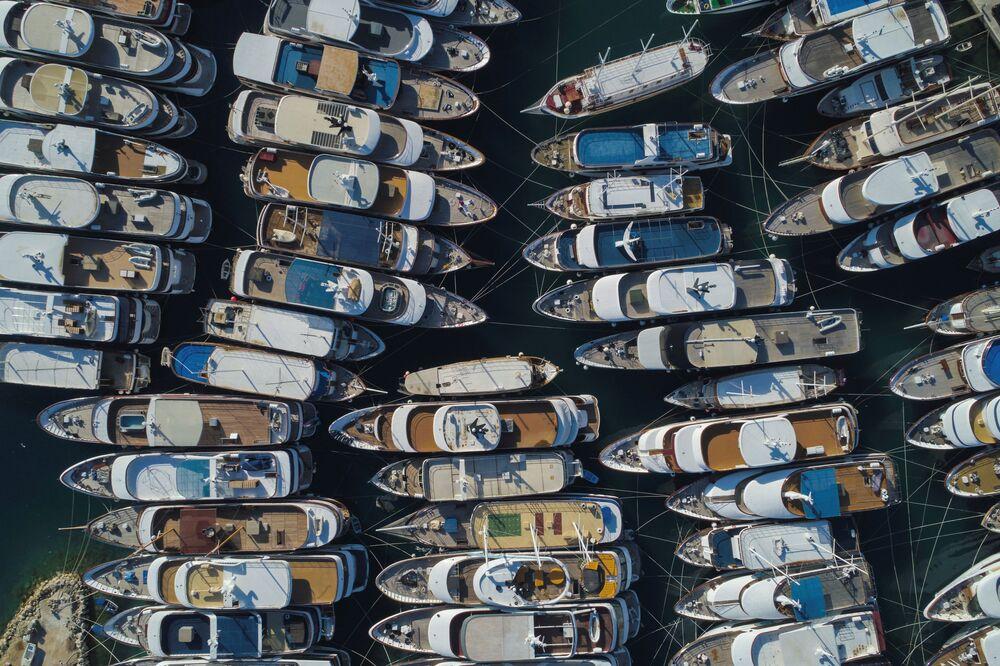 Yacht di lusso in un porto turistico, Croazia, il 25 maggio 2020