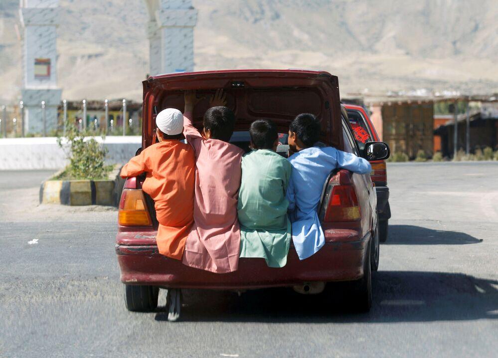 Bambini afghani nel bagagliaio di un'auto nella provincia di Lagman, in Afghanistan