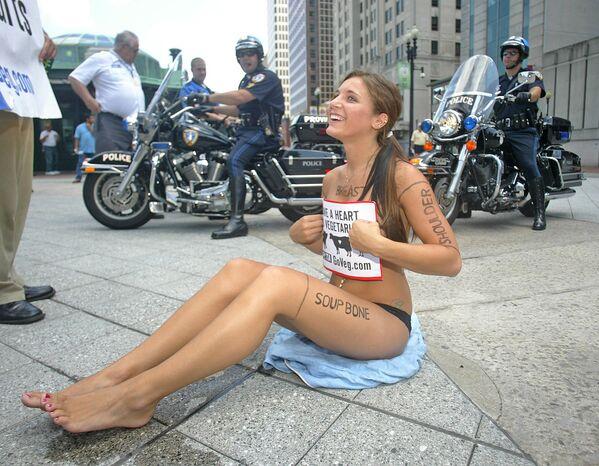 Una volontaria dell'organizzazione Persone per il Trattamento Etico degli Animali (PETA) protesta contro l'industria della carne a Providence, negli USA. - Sputnik Italia
