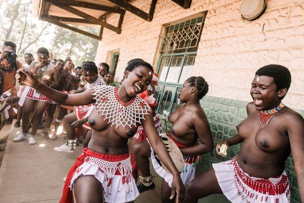 Ragazze della trubù Zulu in abiti tradizionali cantano e ballano. - Sputnik Italia