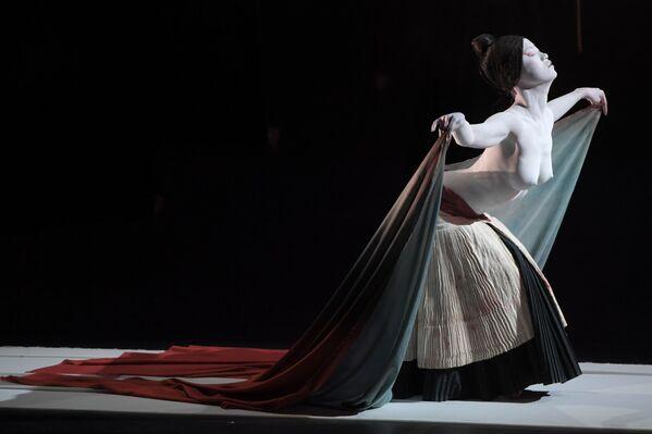 Un'attrice del Legend Lin Dance Theatre nello spettacolo The Eternal Tides. - Sputnik Italia