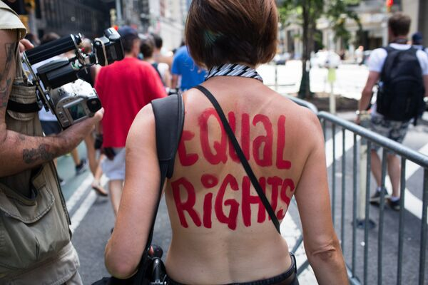 Una manifestante al GoTopless Day Parade a New York. - Sputnik Italia
