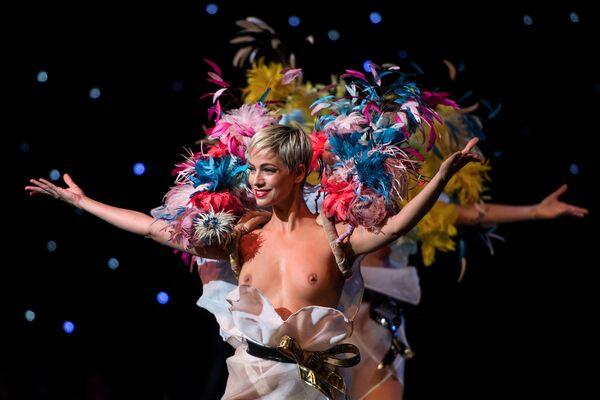 Una performance dei ballerini al cabaret Lido a Parigi. - Sputnik Italia
