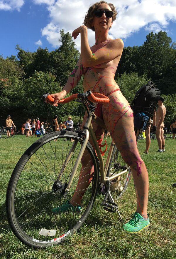 La ciclista Olivia Neely prima dell'annuale Philly Naked Bike Ride in Filadelfia. - Sputnik Italia