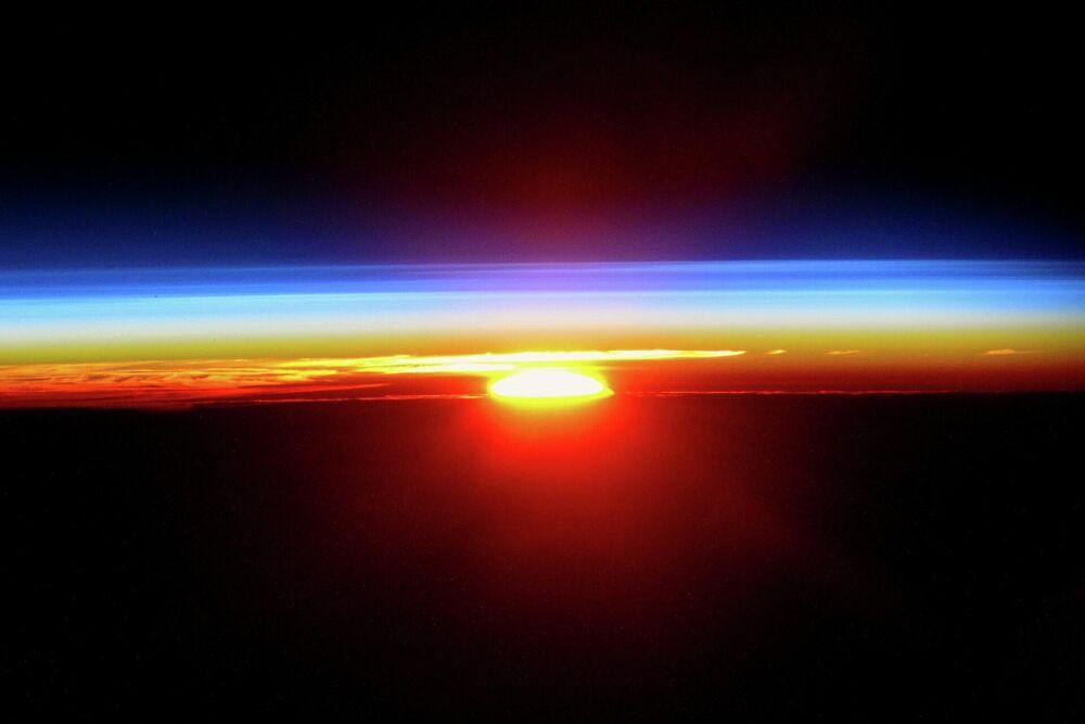 Il tramonto del Sole visto dalla ISS.