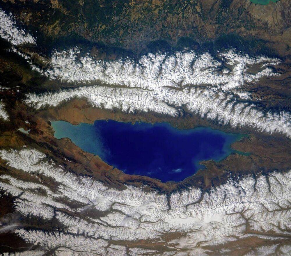 Il lago Issyk-Kul, circondate da crinali di Tian Shan settentrionale in Kirgyzistan.
