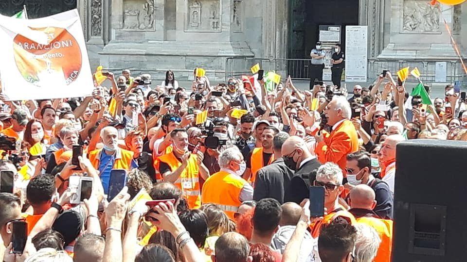 Gilet Arancioni in Piazza Duomo, Milano