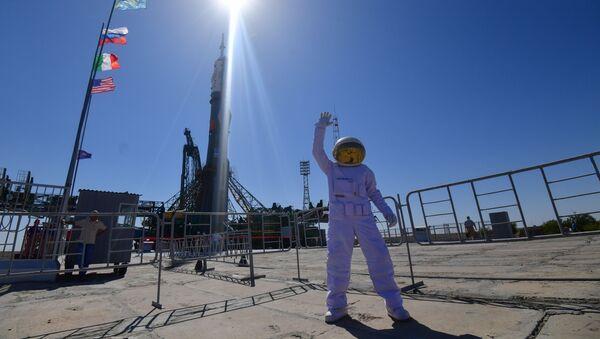 Un uomo vestito da astronauta - Sputnik Italia