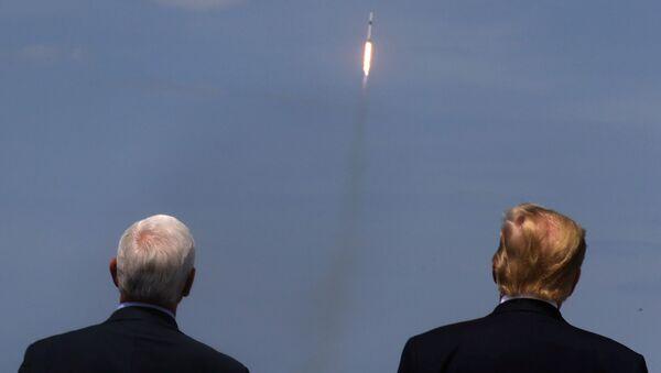 Donald Trump ed il vice presidente Mike Pence osservano il lancio - Sputnik Italia