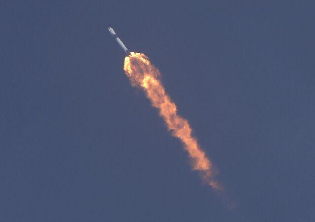 La navicella Crew Dragon, sviluppata dalla SpaceX di Elon Musk, in volo verso la ISS.