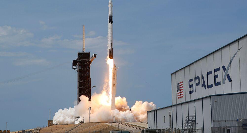 Il razzo Falcon 9 con la navetta Crew Dragon al momento del lancio da Cape Canaveral, Florida