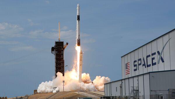 Il razzo Falcon 9 con la navetta Crew Dragon al momento del lancio, in data 30 maggio, da Cape Canaveral, Florida. - Sputnik Italia