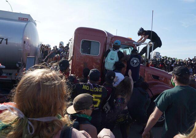 Camion cisterna si lancia sulla folla in Minnesota