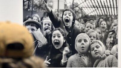 La foto Bambini davanti a un teatrino di burattini, Tuileries. Parigi 1963 di Alfred Eisenstaedt alla mostra Life. I grandi fotografi a Roma.
