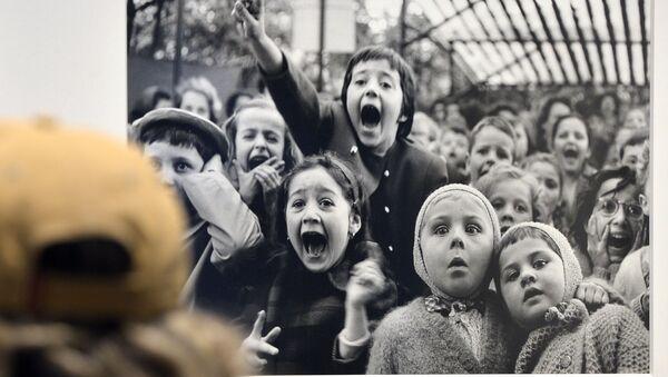 La foto Bambini davanti a un teatrino di burattini, Tuileries. Parigi 1963 di Alfred Eisenstaedt alla mostra Life. I grandi fotografi a Roma. - Sputnik Italia