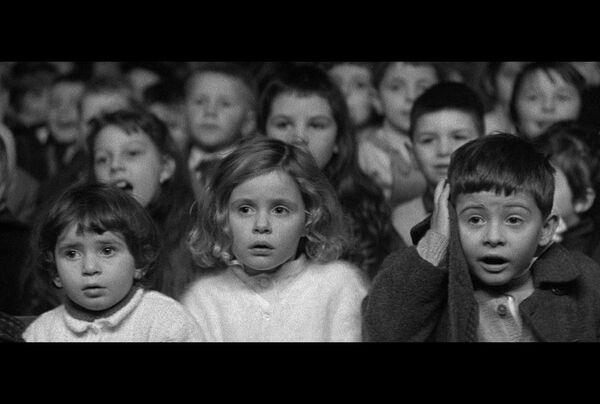 L'immagine del film dal regista François Truffaut I 400 colpi. È uno dei migliori episodi del film, girato nel teatro dei burattini e che mostra le facce dei bambini che reagiscono allo spettacolo. - Sputnik Italia