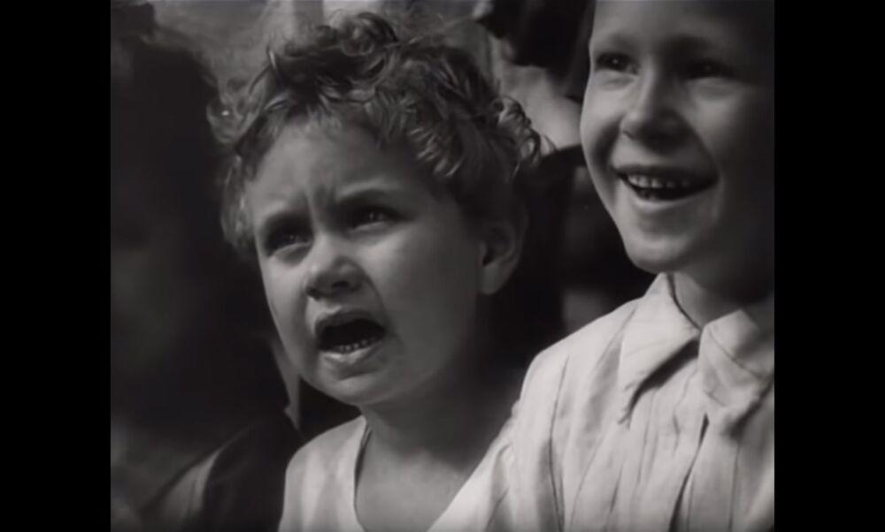 Un'immagine dal documentario di Dziga Vertov L'uomo con la macchina da presa (1929), in cui i bambini guardano un'esibizione di un attore.