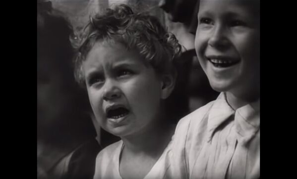 Un'immagine dal documentario di Dziga Vertov L'uomo con la macchina da presa (1929), in cui i bambini guardano un'esibizione di un attore. - Sputnik Italia