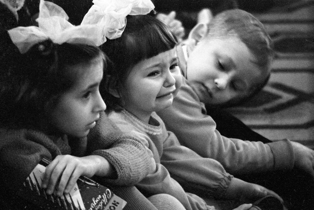 Una bambina piange dopo aver visto la Baba Jaga (la strega malvagia del folclore russo) durante uno spettacolo natalizio a Mosca, 1966.
