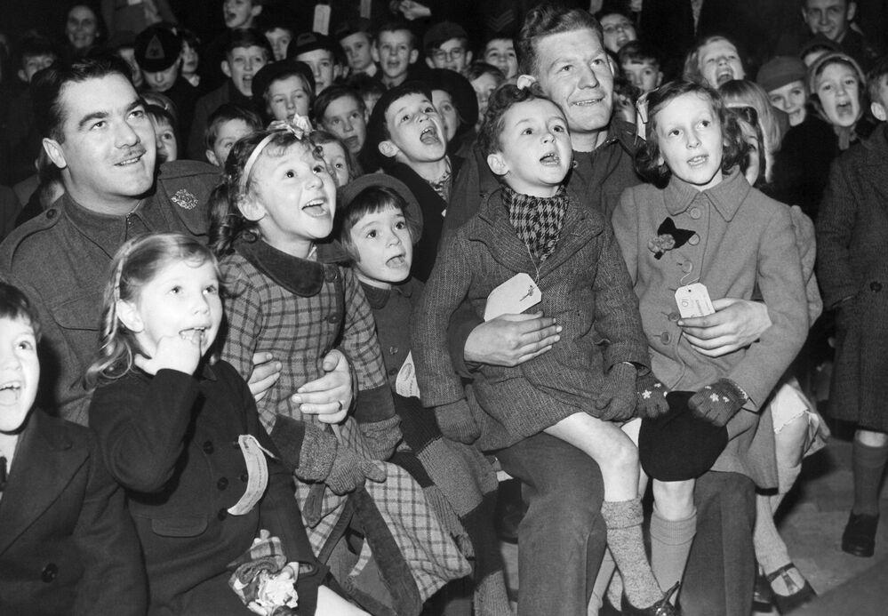 Soldati canadesi dislocati al sud dell'Inghilterra alla serata organizzata per i bambini locali. Alla vigilia del Capodanno, il 31 dicembre 1942, guardano lo show dei burattini Punch e Judy.