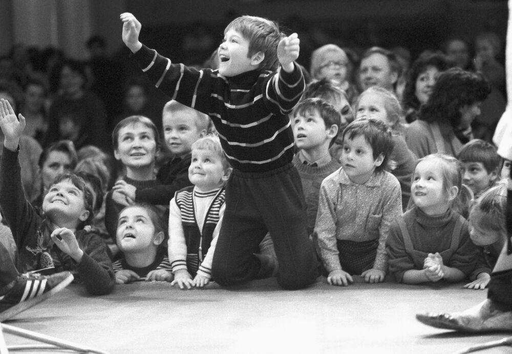 Dei bambini guardano lo spettacolo Pagliacci e gatti al Teatro dei gatti a Mosca. Il 1° marzo 1992.