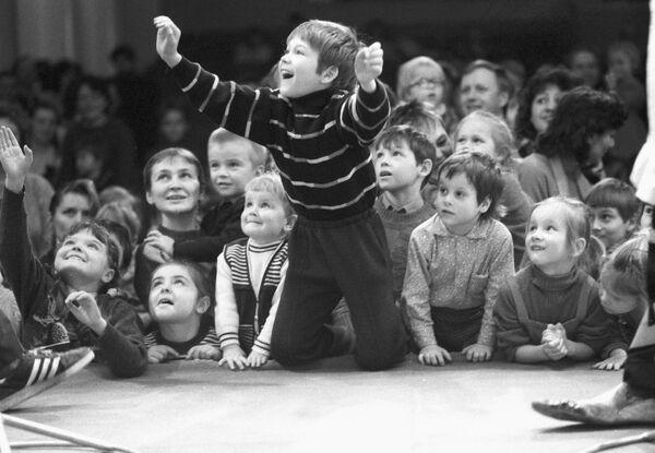 Dei bambini guardano lo spettacolo Pagliacci e gatti al Teatro dei gatti a Mosca. Il 1° marzo 1992. - Sputnik Italia
