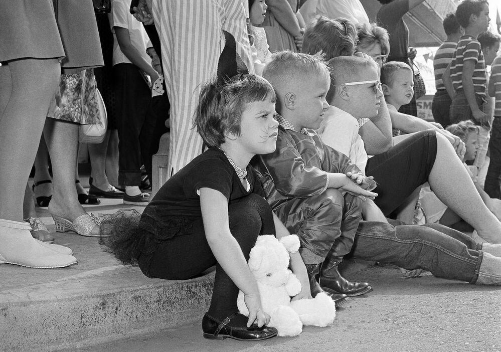 Gli alunni delle elementari al festival di Halloween ad Anaheim, California, 20 ottobre 1962.