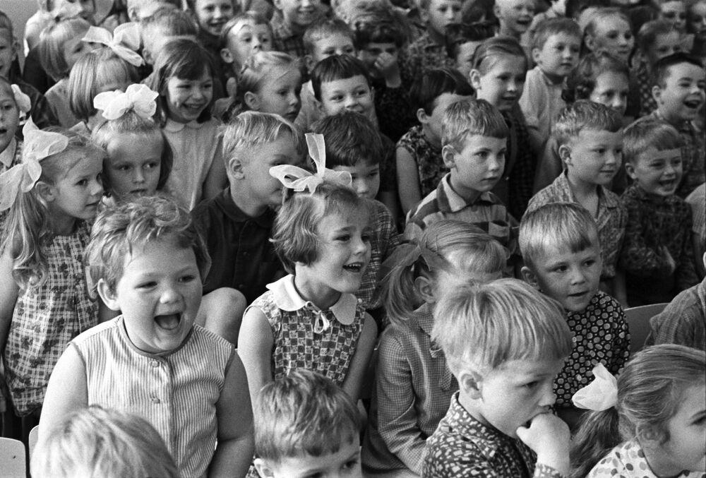 I bambini di un asilo nido di Riga, Lettonia, guardano uno spettacolo divertente. 18 giugno 1970.