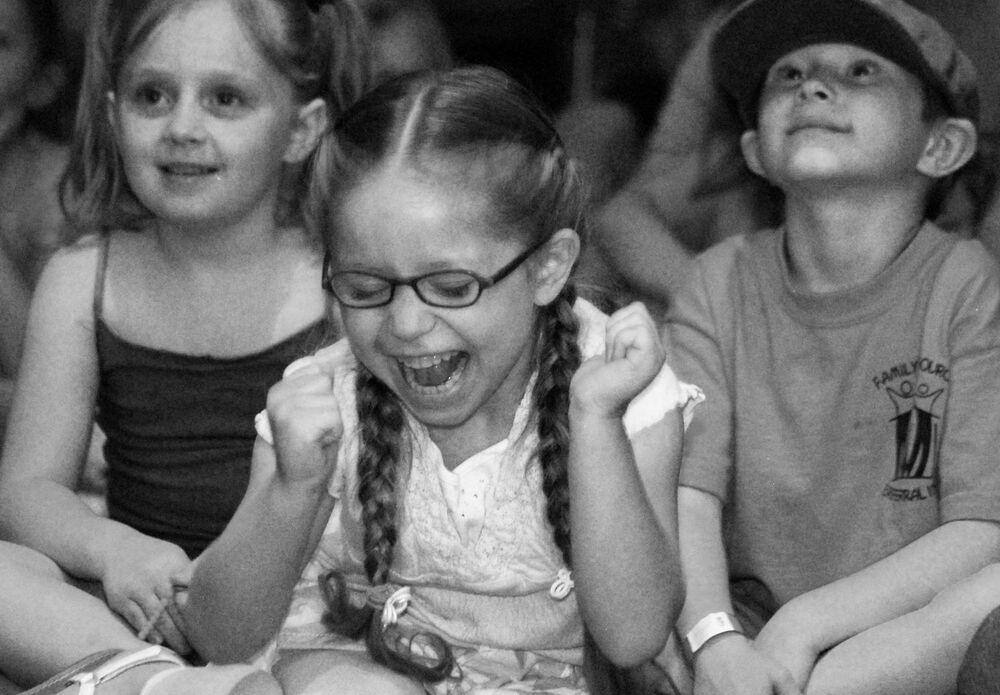 Bambini allo spettacolo dei burattini a Roswell, Nuovo Messico, USA, 10 giugno 2009.