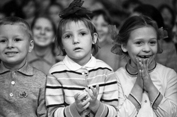 Dei piccoli spettatori al teatro musicale per bambini di Mosca il 21 dicembre 1971. - Sputnik Italia