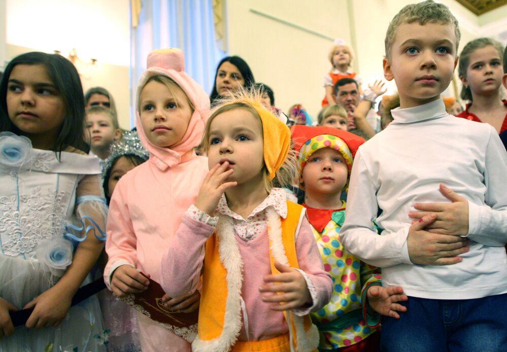 Dei bambini alla festa di Capodanno a Kaliningrad, 27 dicembre 2011.