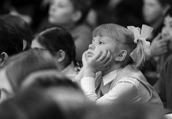 Dei piccoli spettatori del teatro musicale per bambini di Mosca il 1° aprile 1974. - Sputnik Italia