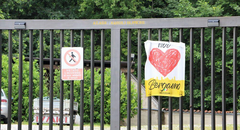 """Un poster con la scritta """"Noi amiamo Bergamo"""""""