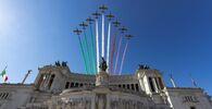 Le Frecce Tricolori sorvolano l'Altare della Patria durante le celebrazioni della Festa della Repubblica.