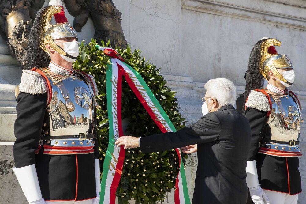 Il presidente della Repubblica Sergio Mattarella in mascherina attende alla cerimonia di deposizione della corona alla tomba del Milite Ignoto all'Altare della Patria a Roma per celebrare la Festa della Repubblica.