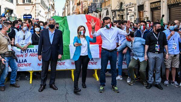 Il segretario della Lega, Matteo Salvini, unitamente a Giorgia Meloni di Fratelli d'Italia e Antonio Tajani di Forza Italia sono scesi quest'oggi in piazza a Roma per manifestare contro il governo di Giuseppe Conte. - Sputnik Italia