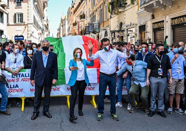 Il segretario della Lega, Matteo Salvini, unitamente a Giorgia Meloni di Fratelli d'Italia e Antonio Tajani di Forza Italia sono scesi quest'oggi in piazza a Roma per manifestare contro il governo di Giuseppe Conte.