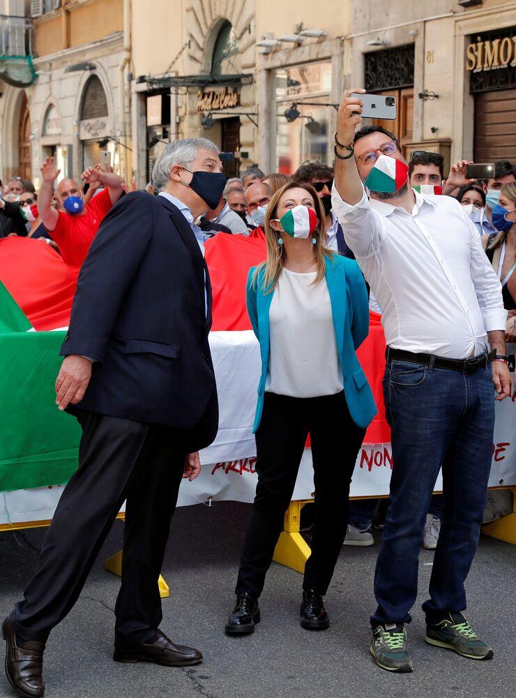 Matteo Salvini, Giorgia Meloni e Antonio Tajani sono scesi quest'oggi in piazza a Roma per manifestare contro il governo di Giuseppe Conte.