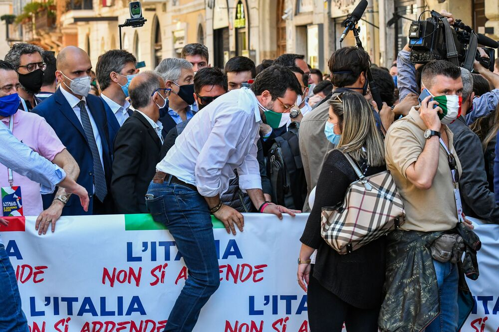 Il leader della Lega si unisce alla marcia del suo partito durante la manifestazione in occasione della Festa della Repubblica.