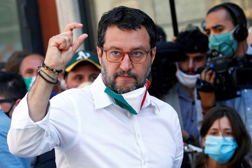 Matteo Salvini in protesta contro il governo a Roma nel giorno della Festa della Repubblica.
