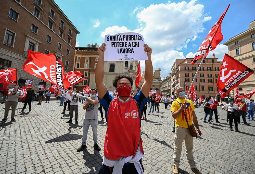 I membri del partito comunista di Marco Rizzo hanno tenuto un comizio contro il governo e la UE in piazza San Silvestro a Roma in occasione della Festa della Repubblica.
