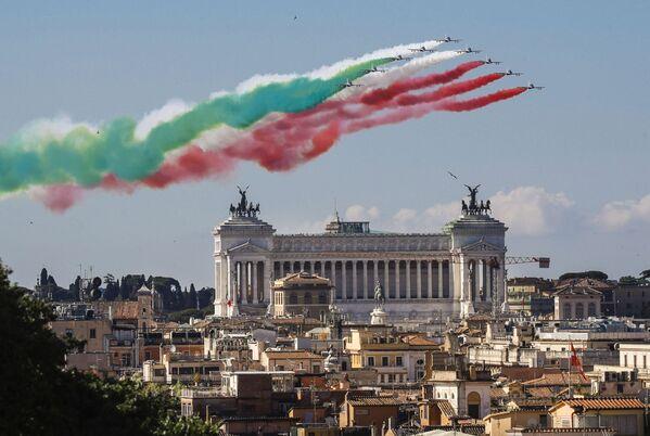 Le Frecce Tricolori in volo in occasione della Festa della Repubblica. - Sputnik Italia